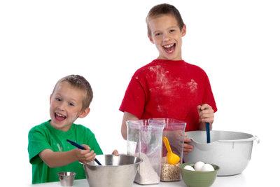 Kochen und backen macht Kindern Spaß.