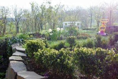 Bauen Sie eine Begrenzung für Ihr Gartengelände.