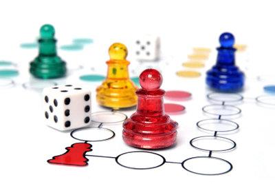Gesellschaftsspiele sind eine gute Beschäftigung bei Demenz.