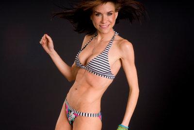 MIt den richtigen Übungen können Sie auch zu Hause Ihre Bauchmuskeln effektiv trainieren.