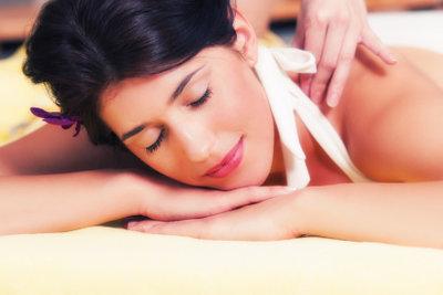 Auch Massagen helfen gegen Verspannungen.