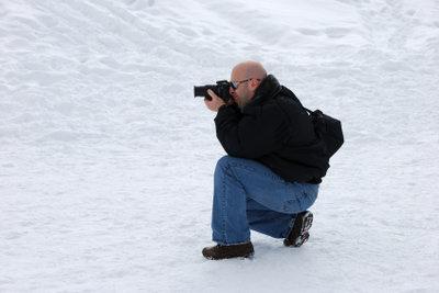 Viele Nostalgiker fotografieren heute noch gern mit analogen Spiegelreflexkameras.