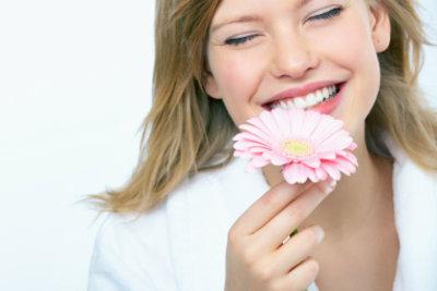 Mit den Sinnesorganen nehmen Sie die Details der Blume wahr.