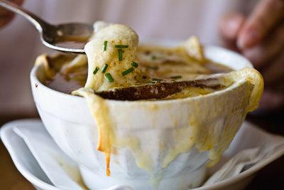 Zwiebelsuppe hat wenig Kalorien.