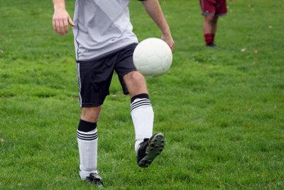 Beim Fußball werden die Knie intensiv belastet.