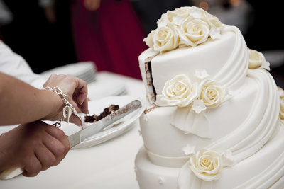 Mit einer selbst gebackenen Hochzeitstorte machen Sie frisch Vermählten ein besonderes Geschenk.
