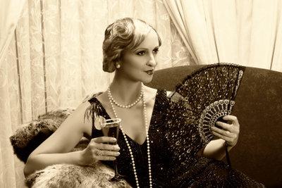 Eine Dame bei einem gesellschaftlichen Anlass in den 20er Jahren