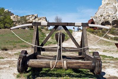Ein Katapult nach historischem Vorbild
