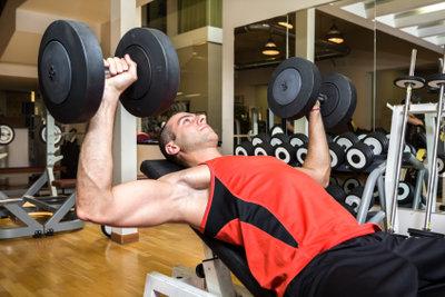 Beim Gewichtheben wird der Trizeps beansprucht.