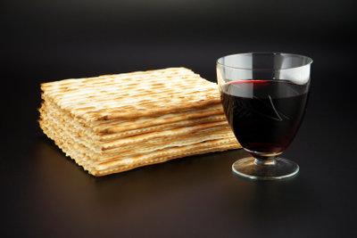 Das Matzabrot (oder Matzen) ist ein ganz flaches, ungesäuertes Brot.
