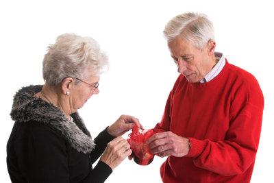 Auch Senioren freuen sich über Weihnachtsgeschenke.