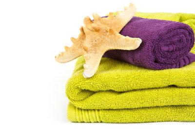 Eine neue Strandtasche haben Sie aus 2 - 3 Handtüchern schnell genäht.
