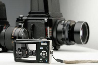 Im Vergleich zur Spiegelreflex ist die x-42 klein und kompakt.