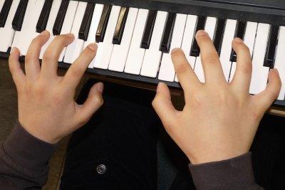 Tonleitern üben Sie leichter auf dem Klavier.