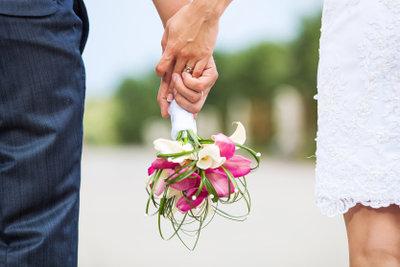 Auch beim Standesamt sollte das Brautpaar schick gekleidet sein.