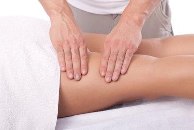 Massagegriffe helfen bei müden Beinen.