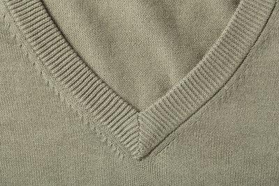Ein feinmaschiger Pulli passt gut zum klassischen Outfit.