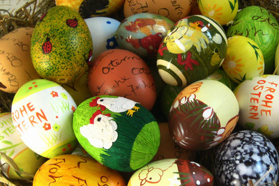 Basteln Sie einige Dekoartikel für das Osterfest.
