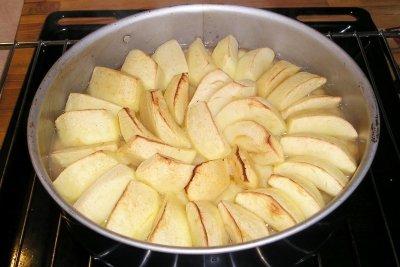 Beim Apfelkuchen kann man durch fettarme Zubereitung Kalorien sparen.