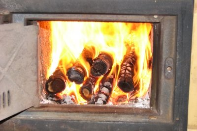 Holzfeuer verbreitet eine gemütliche Atmosphäre.