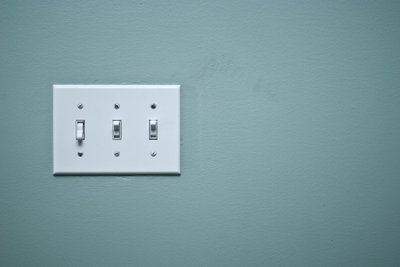 Gewöhnliche Lichtschalter durch Funkschalter ersetzen.