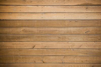 Beim Holzstreichen können viele Schadstoffe austreten.