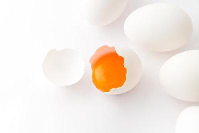 Mit etwas Übung ist das Aufschlagen von Eiern keine Kunst.