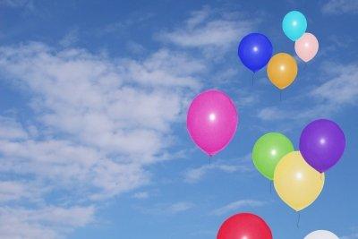 So schön fliegen Luftballons nur mit Heliumfüllung.