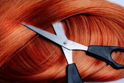 Haarverlängerungen kann man sogar färben.