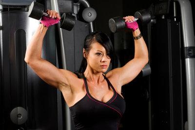 Trainieren Sie die Brustmuskeln mit Gewichten.
