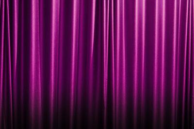 Richtig angebracht dunkelt ein Vorhang den Raum total ab.