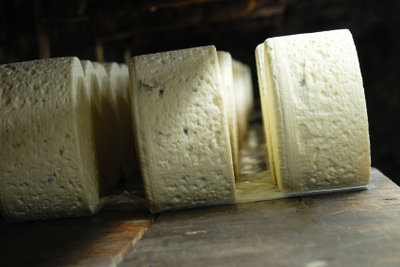 Molke fällt bei der Käseherstellung an.