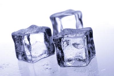 Mit Quark ind Eis einen kühlenden Wickel herstellen.