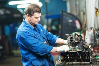Ein Automechaniker ist ein Spezialist für jegliche Fahrzeugtechnik.