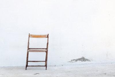 Diesen unscheinbaren Stuhl können Sie mit Decopatch verschönern.