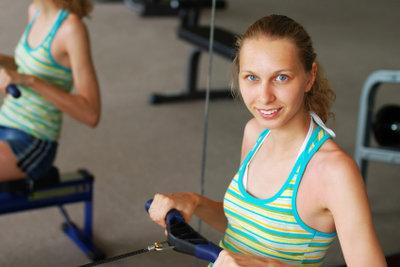 Rudern am Gerät ist das ideale Training für den ganzen Körper.