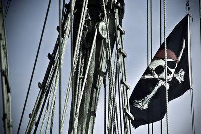 Basteln Sie aus Karton ein Piratenschiff.