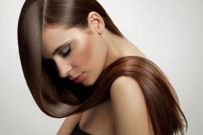 Mit Henna gelingt eine Färbung der Haare auf natürliche Art und Weise.