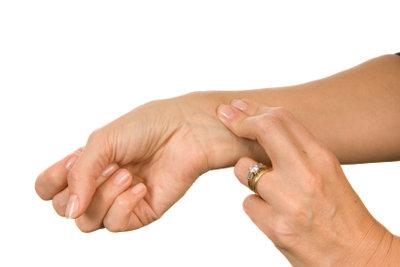 Am Handgelenk den Puls ertasten
