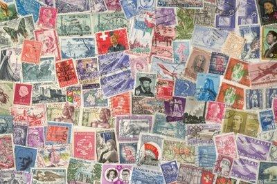 Papierlose Kiloware - jede Menge Briefmarken aus aller Welt.