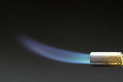 Mit Gasbrennern lassen sich Wege gut von Unkraut befreien.
