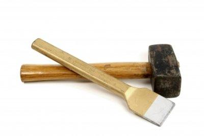 Hammer und Meißel, um Kleberreste rückstandslos zu entfernen.