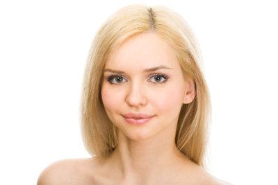 Die Haarfarbe Honigblond passt perfekt zu warmen Pastelltönen.