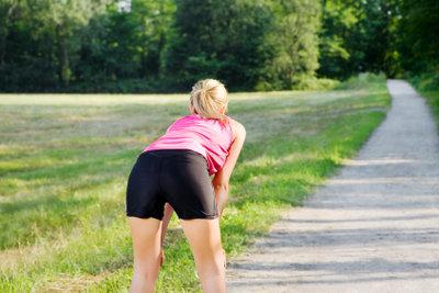 Auch junge Menschen können Rückenschmerzen beim Bücken haben.