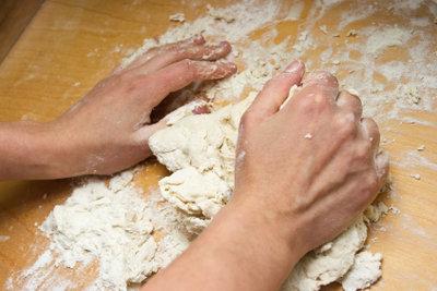 Der Teig für das Brot muss gut geknetet werden.