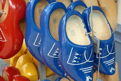 Schuhe aus Holland: Das Gehen muss man üben.