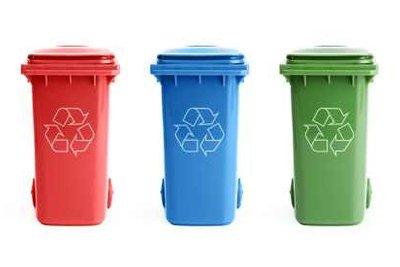 Es gibt Mülltonnen in verschiedenen Farben für unterschiedlichen Müll.