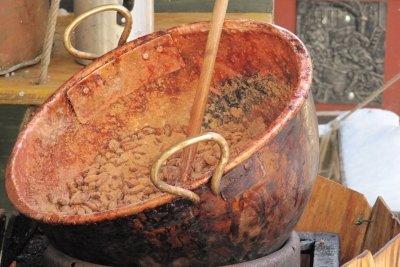 Ursprünglich wurden Mandeln in großen Kupferkesseln geröstet.