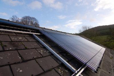 Technisch aufwendiger - Solarkollektor für die Poolheizung auf dem Dach.