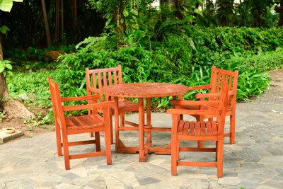 Robuste Stühle aus Holz können Sie leicht selber bauen.
